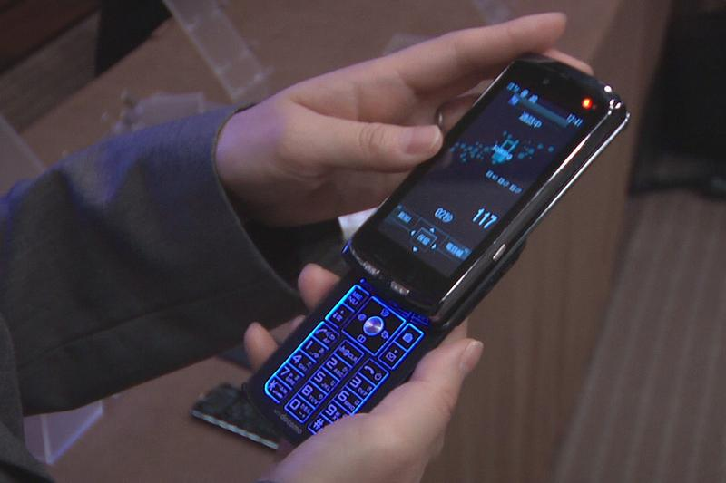 Fujitsu's latest cell phone splits in two