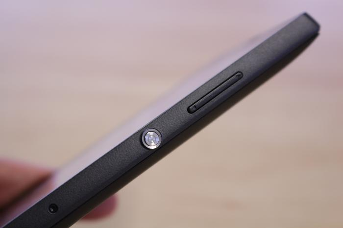The large, bulging aluminium key on the right side is a nice design feature.