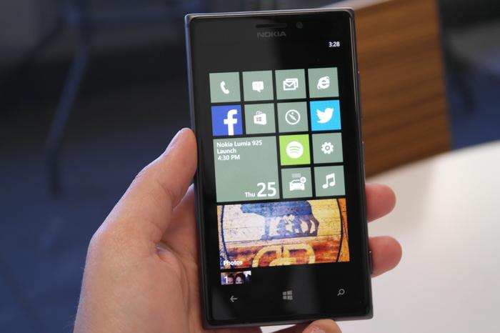 The Lumia 925 is almost 50g lighter than the Lumia 920.