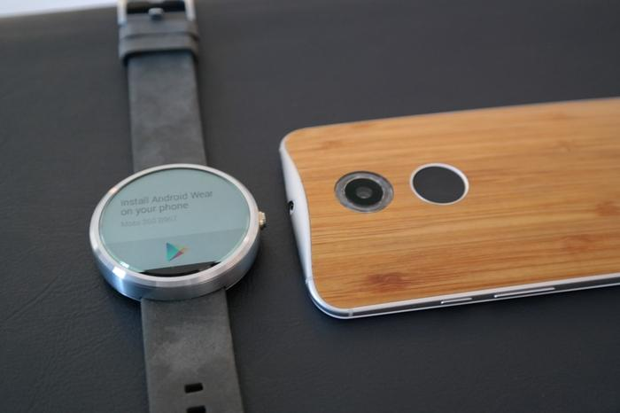 Motorola preinstalls six different watch-faces on the Moto 360.