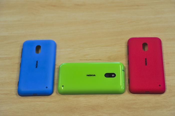 Nokia has made use of snap-on covers on the Lumia 620 in a range of colours and finishes.